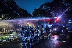 O acampamento em torno da casa de Michael Temer foi disperso com jatos d'água e bombas de gás lacrimogênio                                  Foto: Mídia NINJA A repressão violenta e ilegal mais uma vez norteou a ação da polícia militar de São Paulo, nesta segunda (23), durante desocupação do acampame...