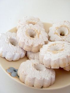 (or Margherite di Stresa) are sweet and crumbly biscuits with a typical flower shape with a little hole in the middle, sprinkled with a cloud of icing sugar. Italian Biscuits, Italian Cookies, Italian Desserts, Italian Meals, Italian Dishes, Biscotti Biscuits, Biscotti Cookies, Cookie Recipes, Dessert Recipes