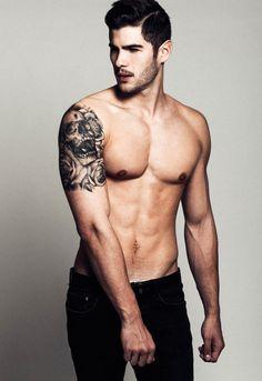 Canvas: René Grincourt, smooth arms. Tattoos, body art.