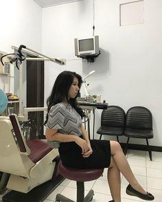 Bitte in den großen Stuhl setzen, Frau Lee. Lee, Dentist In, Selfie, Chair, You're Welcome, Woman, Selfies