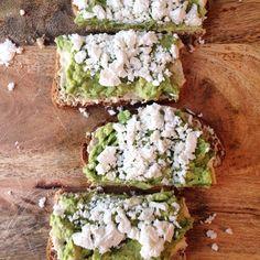 Des toasts, c'est pas juste pour déjeuner! Pain grains entiers + hummus + avocat + fêta = Repas rapide et santé! Pain, Avocado Toast, Vegetarian, Breakfast, Food, Integers, Lawyer, Sun, Cooking Recipes