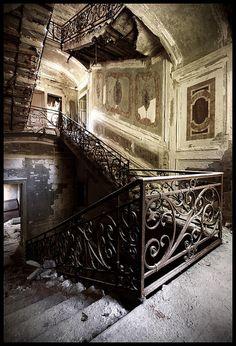 Verlaten villa - Prachtige trapleuning