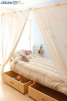 お休みの日を使って、天蓋付きのベッドをDIYしてみませんか? 塩ビパイプを繋げてレースを通すだけで、自分だけの素敵な空間が作れちゃいます。 On a holiday, let's DIY a canopied bed. Only connect some polyvinyl chloride pipes and hang lace curtains, you can make wonderful space just for you.