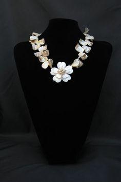 Collar de pétalos de nácar y flor de nácar y perlas. Cierre de plata.