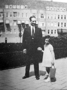 Hanneli Goslar (best friend of Anne Frank) with her father, Hans Goslar at the Merwedeplein in Amsterdam, circa Hans Goslar was murdered in the concentration camp of Bergen Belsen in late February of Hanneli survived. Jewish History, Tudor History, World History, Irena Sendler, Anne Frank House, Wonder Boys, Al Capone, Persecution, Souvenirs