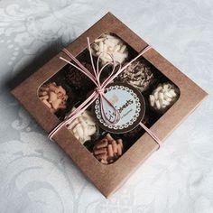 Como fazerembalagens para doces? Confira ideias criativas Brownie Packaging, Cupcake Packaging, Baking Packaging, Dessert Packaging, Chocolate Packaging, Food Packaging Design, Gift Packaging, Cookie Box, Cookie Gifts