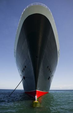 To mark the Anniversary of the iconic ocean liner, RMS Queen Mary Cunard captain, Captain Kevin Oprey, agreed to go overboard and pose for these amazing photos from the bulbous bow of his massive ship. National Geographic, Photos Du, Cool Photos, Amazing Photos, Interesting Photos, Queen Mary Ii, Queen Elizabeth, Queen Mary 2 Ship, Queen Mary