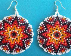Huichol Beaded earrings por Aramara en Etsy