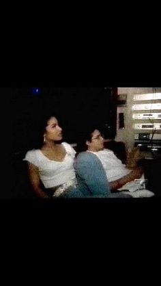 Selena Chris hanging out on the bus. Selena Quintanilla Perez, Selena And Chris Perez, Best Party Songs, Her Music, Best Artist, Disney Love, My Idol, Singer, Queen