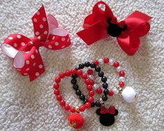 kit-de-lacos-e-pulseiras-panda-laco-minnie Little Girl Jewelry, Kids Jewelry, Cute Jewelry, Jewelry Crafts, Hair Bow Tutorial, Mickey Mouse, Beaded Bracelet Patterns, Craft Show Ideas, Diy Hair Bows