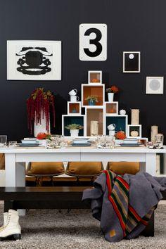 Une étagère composée de caisses en bois peintes