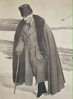 Asker ve Lider Atam ❤❤❤ Republic Of Turkey, The Republic, Turkish Army, The Turk, Great Leaders, Ottoman Empire, Historical Pictures, Picture Design, Revolutionaries