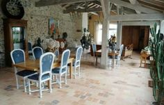 Rare propriété de caractère au cœur de l'île de Noirmoutier: grands volumes et charme indéniable! Volumes, Decoration, Conference Room, Furniture, Home Decor, Warm Home Decor, Brittany, Homes, Glamour