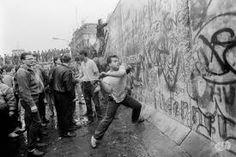 hier probeerden mensen de muur te slopen
