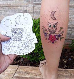 Tatuagem de coruja: 100 inspirações incríveis que vão ganhar o seu coração Baby Owl Tattoos, Cute Owl Tattoo, Owl Tattoo Small, Mom Tattoos, Body Art Tattoos, Hand Tattoos, Tattoo Ink, Small Tattoos, Tatoos