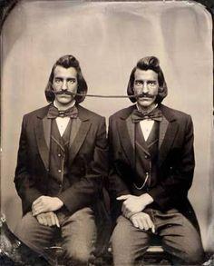 Jumeaux à moustache