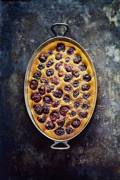 In my opinion, a cherry clafoutis is one of the benchmark desserts of French cuisine. And may the first person who has never eaten a clafoutis throw the first cherrystalk at me! The clafoutis is easy to make, good for parties, sweet but tart, dry on top… Food Photography Styling, Food Styling, Slow Cooking, Cooking Recipes, Cooking Ideas, Cupcake Recipes, Dessert Recipes, Cherry Clafoutis, Good Food