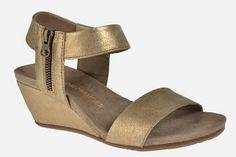 Sandalias con cuña en piel dorada de la casa Alpe