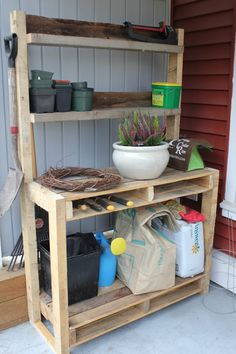 Love the space for tools from using the bacl. Pallet potting bench