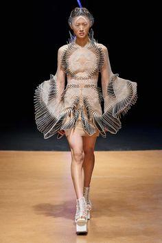 Iris Van Herpen Spring 2020 Couture collection fashion show photos from Paris Couture Fashion Week (Feb, Couture runway photos, models, couture collection 3d Fashion, Fashion Week, Fashion 2020, Couture Fashion, Daily Fashion, Runway Fashion, Spring Fashion, High Fashion, Fashion Show