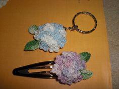 「季節限定!! あじさいのピン」小花をたくさん編むのが面倒ですが この時期限定の物ができました。本物はとんがった花びらですが 丸い花びらになっちゃいました。大目に見てください(^0^)[材料]#40 ミックス色のレース糸/#20 太レース糸 白/ピンやコサージュ台