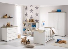 Babyzimmer: Kinderbett 70 x 140 cm mit AIRWELL® Comfort-Federleistenrost, Kommode mit 3 Schubkästen, Kleiderschrank mit 3 Türen, Wandregal und Regal 9 Fächer.