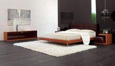 Licht- donker contrast: De muur, het vloerkleed en het beddengoed zijn wit. Wit heeft een hoge helderheid. Deze onderdelen vormen een contrast met de overige donkere kleuren van het interieur die een veel lagere helderheid hebben.