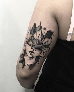 Tatuagem feita por Rodrigo Muinhos de Fortaleza.    Busto feminino com rosas na cabeça em blackwork.