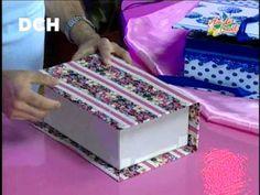 Caja con tapas a modo de libro forrada con telas y decorada con cintas, blondas. Lleva alfiletero y porta-hilos