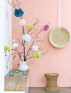 Deze bloemen-pompons maak je heel makkelijk van papieren servetten of crêpepapier.