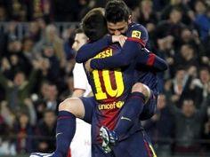 Die Chemie stimmt doch: Lionel Messi und David Villa erzielen die Tore des FC Barcelona im Duett und bejubeln ihre Treffer gemeinsam. Das Tandem des Weltfußballers und des Weltmeisters funktioniert wieder. (Foto: Albert Olive/dpa)