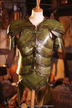 Emerald Noble Elf Armor Larp Lederrüstung, grün... in the book itisnt for an elf. it is just something to look back at.