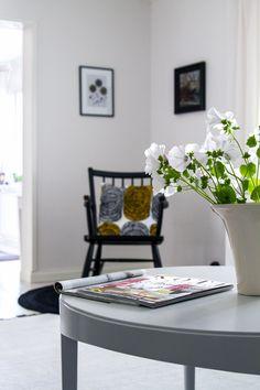Pyöreä, vaaleanharmaa sohvapöytä. Round light grey coffee table.
