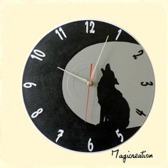 Horloge loup hurlant à la lune en gris et noir  : Décorations murales par magicreation Decoration, Clock, Etsy, Vintage, Wall, Home Decor, Vinyls, Gray, Wall Decorations