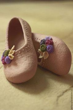 Felted Slippers Pattern, Crochet Slippers, Felt Slippers, Elf Shoes, Wool Shoes, How To Make Shoes, Handmade Felt, Wet Felting, Felt Crafts