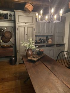 Country House Interior, Farm Kitchen Design, Kitchen Remodel, Primitive Kitchen, Kitchen Decor, Primitive Living Room, Country Dining, Rustic Kitchen Design, Colonial Kitchen