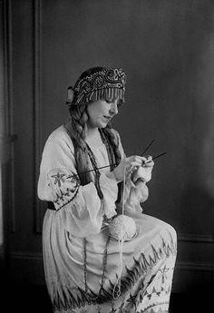 Silent Star Knitter    18 Mar 1922 --- Lucrezia Bori Knitting -