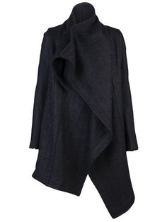 Compre Julius Oversized coat em  from the world's best independent boutiques at farfetch.com. Over 1000 designers from 60 boutiques in one website.