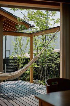 竹内建築設計事務所が手掛けたウッドデッキのあるセミ・コートハウス | homify Modern Japanese Interior, Outdoor Furniture, Outdoor Decor, Hammock, Pergola, Outdoor Structures, Projects, Room, House