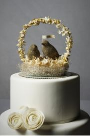 Adorable wedding cake - click on the picture to see a gorgeous multi-colored garland for decor!