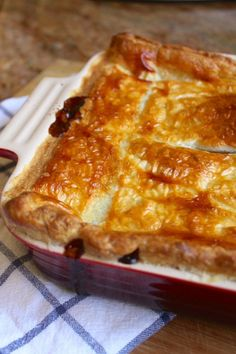 Steak pie served with peas, mashed potatoes and gravy is a quintessential British meal. Scottish Recipes, Irish Recipes, Meat Recipes, Cooking Recipes, English Recipes, Scottish Steak Pie Recipe, Cooking Tips, Scottish Dishes, French Tips
