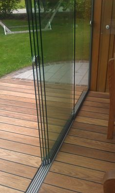 Glasschiebetüren 5 gleisig mit Aluminium Bodenschiene Glass sliding doors 5 tracks from Sunflex! The sliding glass doors can be used both outdoors and indoors. The doors for patio glazing and summer gardens are popular! Backyard Patio Designs, Pergola Patio, Backyard Landscaping, Cheap Pergola, Pergola Kits, Deck Design, House Design, Patio Enclosures, Patio Doors