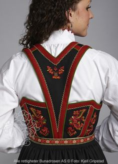 Bilderesultat for brodert vest Norwegian Clothing, Finger Weaving, Norwegian Style, Folk Fashion, Ballet Costumes, Folk Costume, Traditional Dresses, Norway, Bohemian