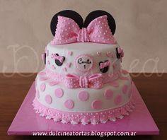 Torta Minnie Bebe: Toda la decoración fue realizada artesanalmente en azúcar.