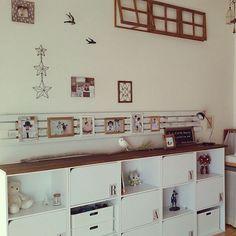 ニトリのカラーボックス「カラボ」の活用アイデアまとめ記事です。扉や引出し、突っ張り棒やカーテンなどを使ったアレンジや塗装・エイジング加工などのDIYリメイク方法を紹介。IKEA「KALLAX」との比較も参考におすすめのサイズや設置方法を選びましょう。 Color Box, Diy Projects To Try, Diy And Crafts, Photo Wall, Gallery Wall, Display, Frame, Interior, Room
