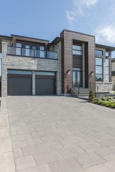 The Proma XL paver, with its smooth surface, offers a modern and urban look. The Proma XL's popularity proves that it's a stand out product. Modern House Plans, Modern House Design, Style At Home, Modern Farmhouse Exterior, Modern Home Exteriors, House Exteriors, Luxury Homes Dream Houses, Modern Mansion, Modern Architecture