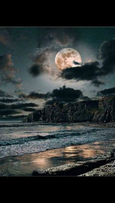 Find images and videos about nature, night and ocean on We Heart It - the app to get lost in what you love. Beautiful Moon, Beautiful World, Stars Night, Shoot The Moon, Moon Pictures, Moon Rise, All Nature, Nocturne, Belle Photo