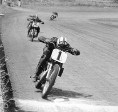 old school dirt bike racing Flat Track Motorcycle, Flat Track Racing, Motorcycle Racers, Racing Motorcycles, Valentino Rossi, Vintage Bikes, Vintage Motorcycles, Side Car, Cb 500
