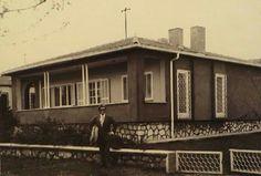 Zeki Müren Gaziosmanpaşa'daki evinin önünde 1976