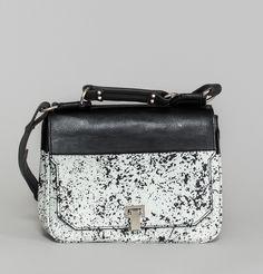 Sac à rabat en cuir bicolore noir et blanc imprimé spray, fermoir en métal, un compartiment principal avec une double poche téléphone et une poche plaquée de pa
